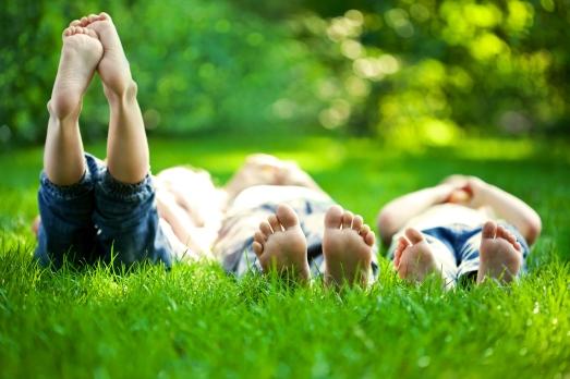 kids in grass_96137972